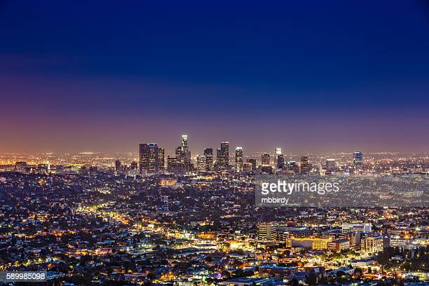 los angeles skyline by night, california, usa - de stad los angeles stockfoto's en -beelden