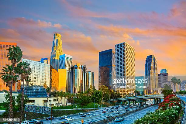 los angeles skyline, ca - de stad los angeles stockfoto's en -beelden