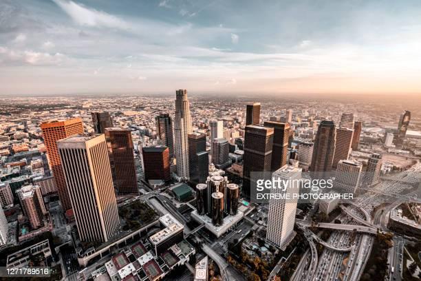 los angeles skyline - los angeles ciudad fotografías e imágenes de stock