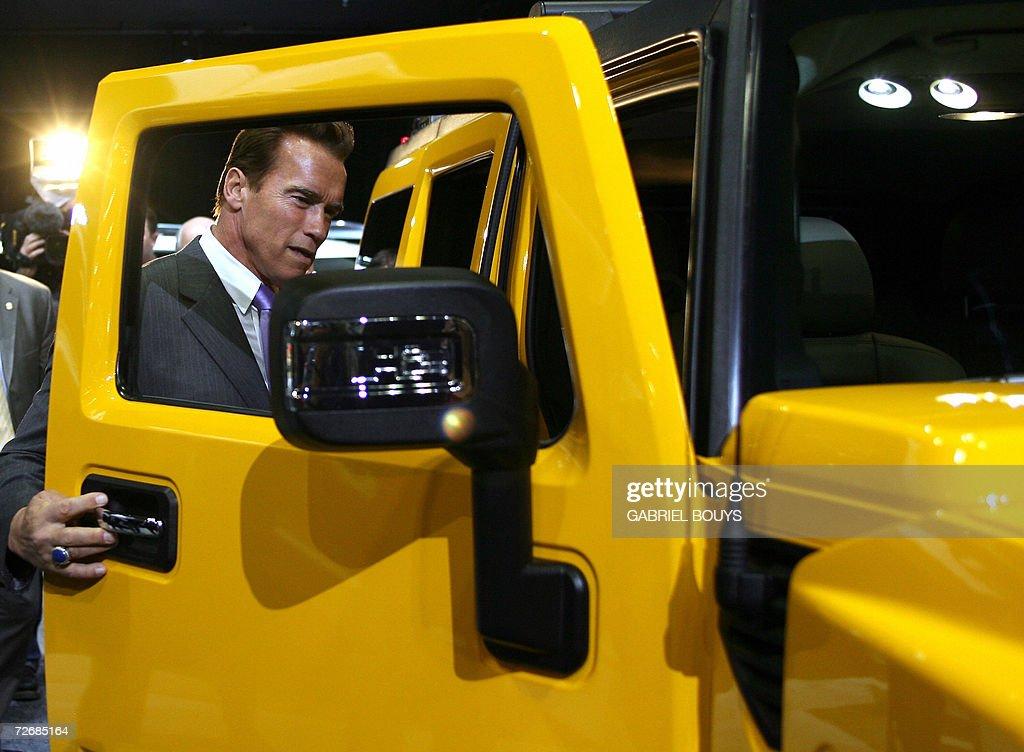 California Governor Arnold Schwarzenegge : News Photo