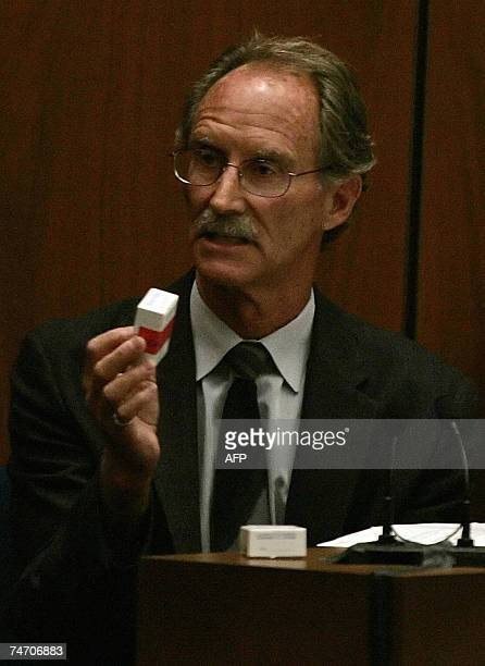 Los Angeles, UNITED STATES: Los Angeles County Coroner Criminalist Steven Dowell presents the gun shot residue kit used on Lana Clarkson's hands...