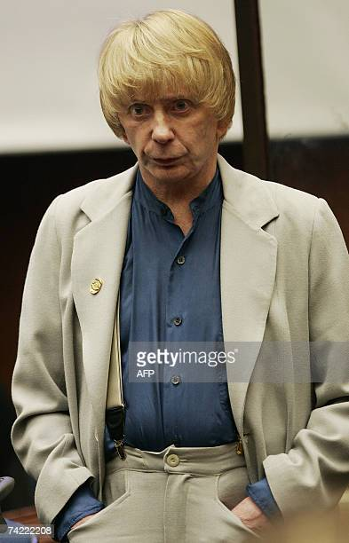 Los Angeles, UNITED STATES: Music producer Phil Spector stands up at the end of the afternoon session during his murder trial at Los Angeles Superior...