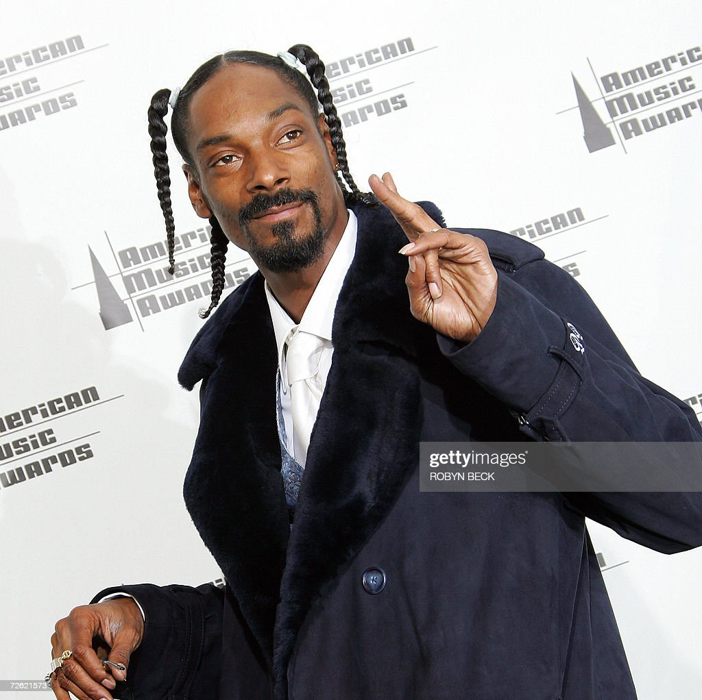 Snoop Dogg poses in the press room at the American Music Awards at the Shrine Auditorium in Los Angeles, 21 November 2006. AFP PHOTO / Robyn BECK