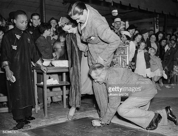USA Los Angeles Young Loretta Actress USA * and fellow actor Tyrone Power are leaving their footprints behind on the ground in front of Grauman`s...