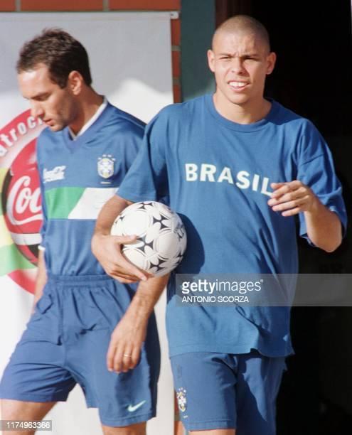 Los futbolistas brasilenos Ronaldo y Edmundo se dirigen al campo de entrenamiento de Brasil el 20 de junio en el club Blooming de Santa Cruz. Brasil...