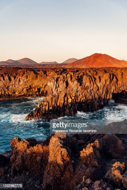 los hervideros lava cliffs at sunset, lanzarote, canary islands - francesco riccardo iacomino spain foto e immagini stock