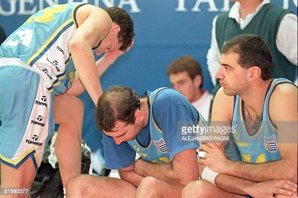 Los jugadores de la seleccion de basquet de Uruguay Luis Silveira Gustavo Szczygieski Marcelo Bouzout observan los instantes finales del match que...