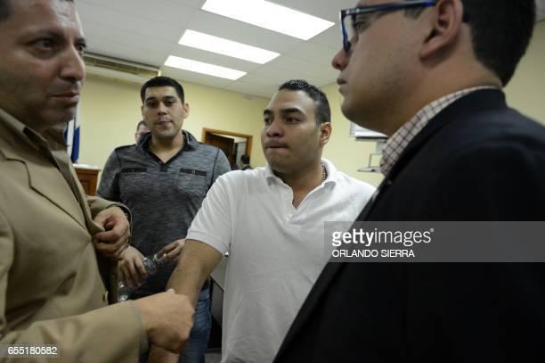 Los mexicanos Jesus Gumaro Jaime Estrada y Eberardo Terrique Figueroa dialogan con sus abogados, luego de conocer el fallo del Tribunal de Sentencia,...