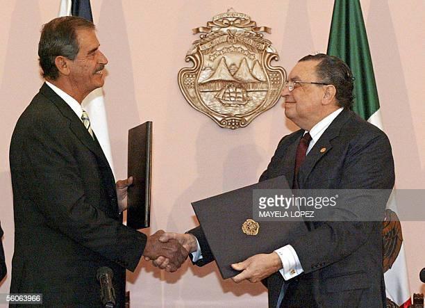 Los presidentes de Mexico, Vicente Fox , y de Costa Rica, Abel Pacheco, intercambian el 03 de noviembre de 2005 en la Casa Presidencial en San Jose,...