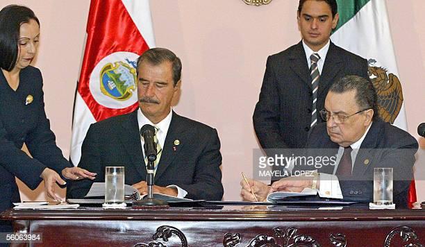 Los presidentes de Mexico, Vicente Fox , y de Costa Rica, Abel Pacheco , firman el 3 de noviembre de 2005 en la Casa Presidencial en San Jose, una...