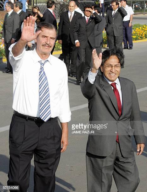 Los presidentes de Mexico y Peru Vicente Fox y Alejandro Toledo respectivamente saludan a la prensa en el aeropuerto militar de Lima el 03 de mayo de...
