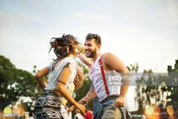 verlieren sie sich zum tanz. - music festival stock-fotos und bilder