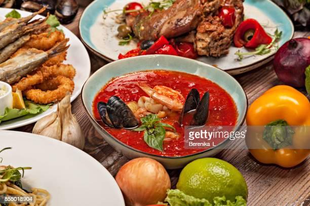 Сlose-place de la soupe de tomate aux moules et crevettes.