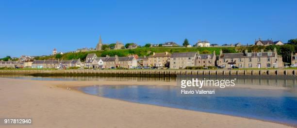 見ています、海岸沿い町と川 lossie モレー湾、スコットランドでの河口沿いに位置するポート。 - モーレイ湾 ストックフォトと画像