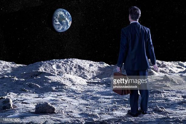 Perdido y confuso ejecutivo en la superficie lunar