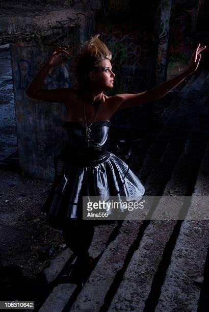 lost fille à l'intérieur de la maison abandonnée à atteindre le feu - coiffure punk photos et images de collection