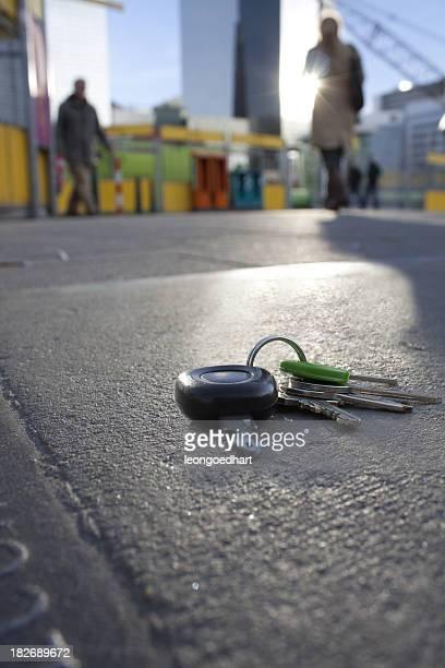 Verlorene Schlüssel auf dem Gehweg