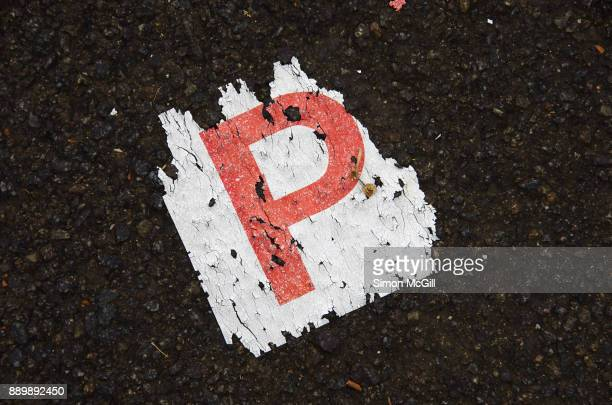 lost provisional licence plate (p plate) on a asphalt road in canberra, australian capital territory, australia - 執行猶予 ストックフォトと画像