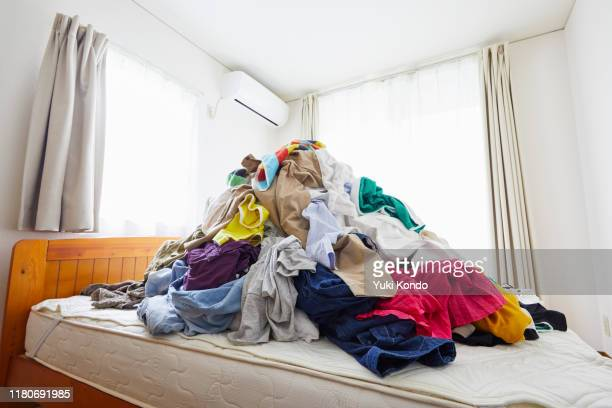 a lot of clothing placed on the bed. - 衣服 個照片及圖片檔