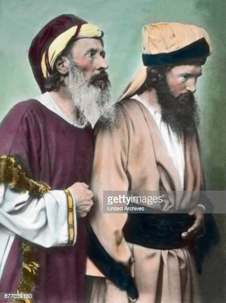 A lot of fanatical people besieged the palace We see from the set here two Pharisees and wants us hard in the head that this hate distorted faces...