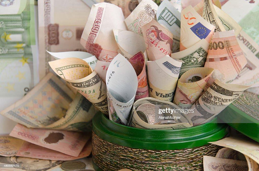 Lote de dinheiro em caixa verde dinheiro : Foto de stock