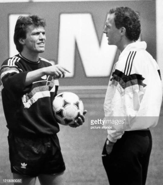 Lothar Matthäus , der Kapitän der deutschen Fußballnationalmannschaft, unterhält sich am 15.6.1988 beim Training im Münchner Olympiastadion mit...