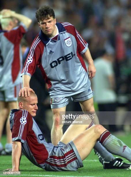 Lothar Matthäus vom FC Bayern München tröstet am im Camp NouStadion in Barcelona seinen Mannschaftskollegen Carsten Jancker nach der 12 Niederlage im...
