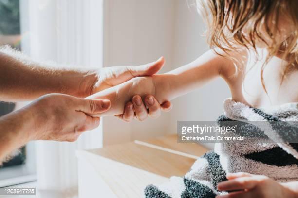 lotion on arm - huidaandoening stockfoto's en -beelden