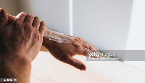 lotion - dermatitis fotografías e imágenes de stock
