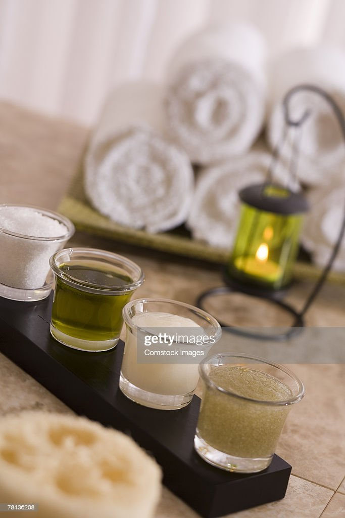Lotions, candle, and towels : Stockfoto