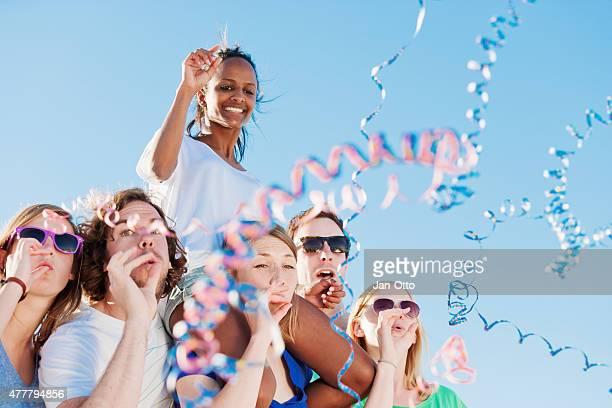 Viele Freunde genießen eine Strandparty im Sommer