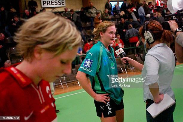 Lotte Kiaerskou Viborg taler med journalist Cathrin Terney Tromborg DR Sporten Mette Melgaard Slagelse i forgrunden venter