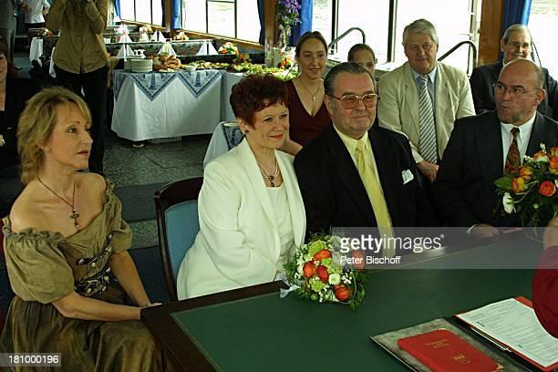 Lotti Krekel Ernst H Hilbich Hildegard Krekel Köln Rhein Flussdampfer Rheintreu Hochzeit von Ernst H Hilbich und Lotti Krekel am Trauung Brautpaar...