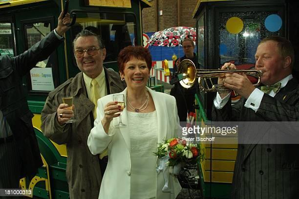 Lotti Krekel Ernst H Hilbich Köln Hochzeit von Ernst H Hilbich und Lotti Krekel am Brautpaar Komiker Schauspieler Trompeter Ständchen Sekt Blumen...
