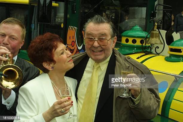 Lotti Krekel Ernst H Hilbich Köln Hochzeit von Ernst H Hilbich und Lotti Krekel am Brautpaar Komiker Schauspieler Trompeter Ständchen Sekt...