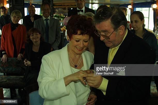 Lotti Krekel Ernst H Hilbich Köln Rhein Flussdampfer Rheintreu Hochzeit von Ernst H Hilbich und Lotti Krekel am Trauung Ring aufstecken Brautpaar...