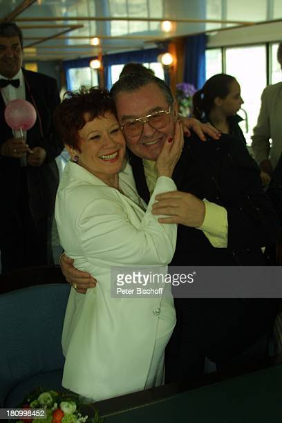 Lotti Krekel Ernst H Hilbich Köln Rhein Flussdampfer Rheintreu Hochzeit von Ernst H Hilbich und Lotti Krekel am Trauung Brautpaar Umarmung Komiker...