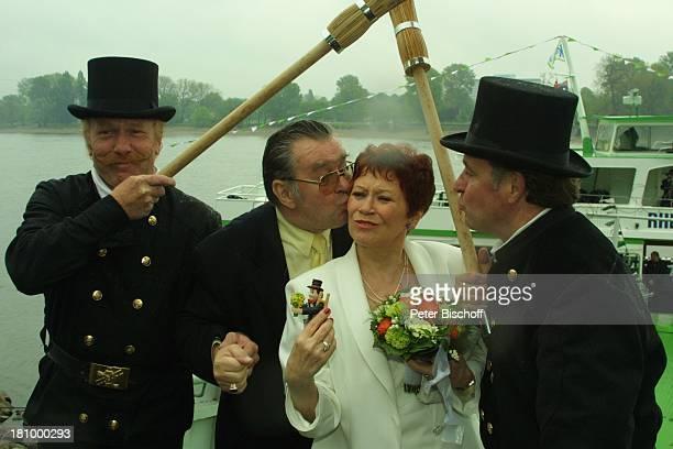 Lotti Krekel Ernst H Hilbich Köln Rhein Flussdampfer Rheintreu Hochzeit von Ernst H Hilbich und Lotti Krekel am Brautpaar Glücksbringer...