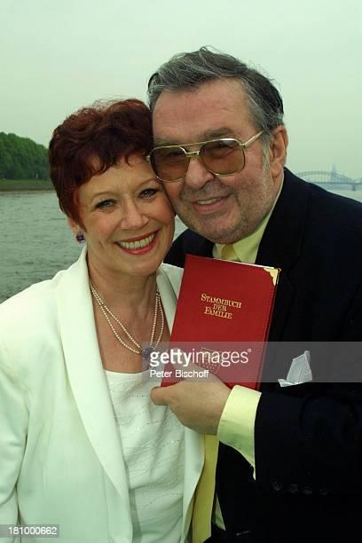 Lotti Krekel Ernst H Hilbich Köln Rhein Flussdampfer Rheintreu Hochzeit von Ernst H Hilbich und Lotti Krekel am Hochzeitsfeier nach derTrauung...