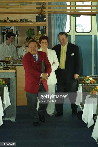 Lotti Krekel Ernst H Hilbich Standesbeamter Günter Stommel Köln Flussdampfer Rheintreu Hochzeit von Ernst H Hilbich und Lotti Krekel am Brautpaar...