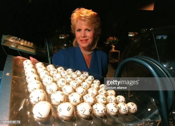 Lottofee Karin Tietze-Ludwig am 10.9.1995 im HR-Studio in Frankfurt vor den Kugeln, die das Glück bedeuten können. Seit 30 Jahren, genau seit dem ,...