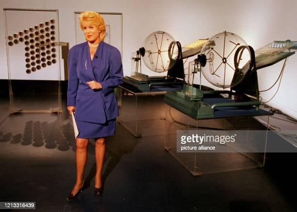 Lottofee Karin Tietze-Ludwig am 10.9.1995 im HR-Studio in Frankfurt vor den Kugeln, die das Glück bedeuten können. Seit 30 Jahren, genau seit dem...