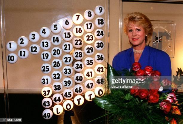 Lottofee Karin Tietze-Ludwig hält am 10.9.1995 bei der Jubiläumssendung im Studio des Hessischen Rundfunks in Frankfurt einen Blumenstrauß in den...