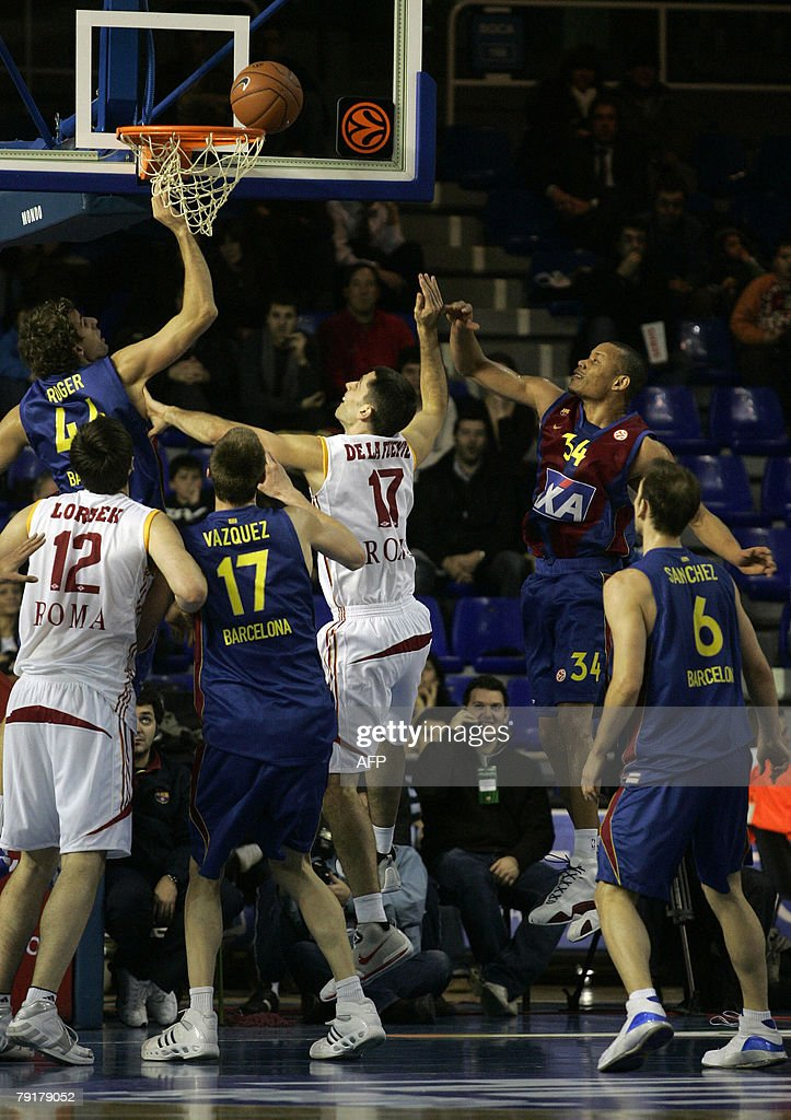 Lottomatica Roma Rodrigo de la fuente (C) goes for a basket by Axa Barcelona's Roger Grimau during a EuroLeague basketball Group C match at the Palau Blaugrana in Barcelona, 23 January 2008.