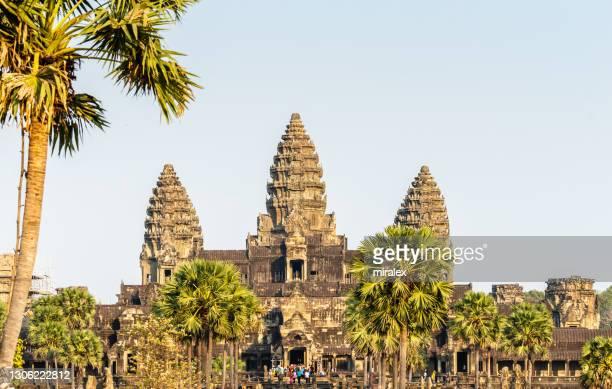 lotus bud dio forma a torres del templo angkor wat en camboya - arqueología fotografías e imágenes de stock