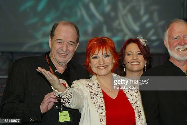 Lou Und Produzent Ralph Siegel Freuen Sich Über Ihren Sieg Beim Countdown Grand Prix In Kiel