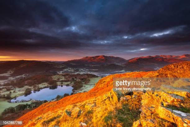 loughrigg tarn winter sunrise, ambleside, lake district, uk - dramatische landschaft stock-fotos und bilder