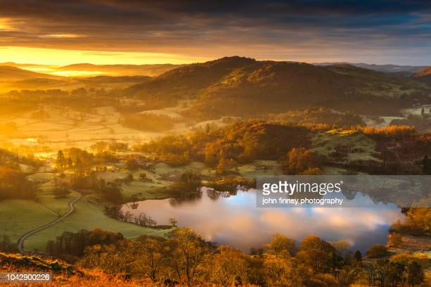 loughrigg tarn winter sunrise, ambleside, lake district, uk - lake district stockfoto's en -beelden