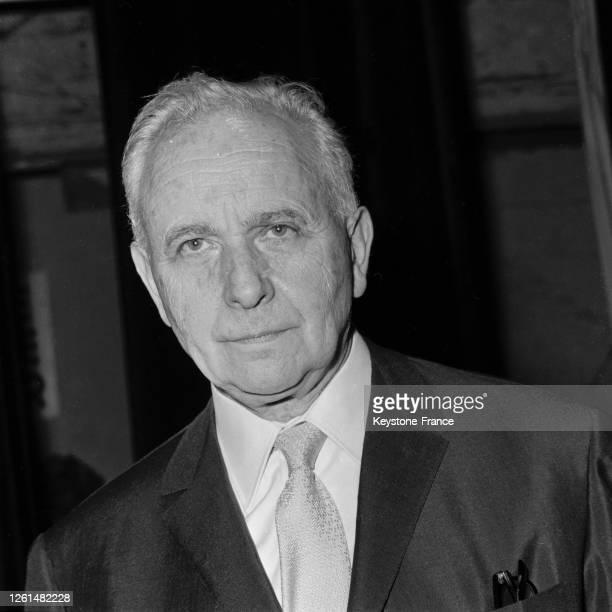 Louis Aragon sur la scène du théâtre Récamier lors du gala 'Aragon présente Aragon', à Paris, France le 7 octobre 1964.