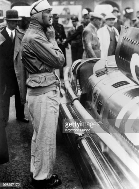 Louis Chiron devant sa voiture au Grand Prix de la Marne, à Reims, France le 7 juillet 1935.